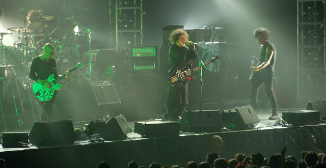 640px-The_Cure_Live_in_Singapore_2-_1st_August_2007